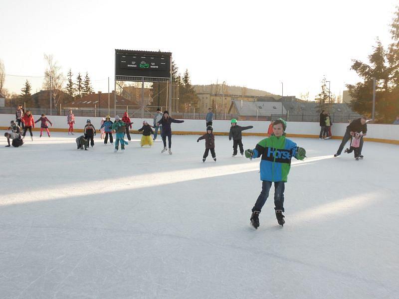 Bruslení na zimním stadionu si užívají hlavně děti. Foto: www.sportbruntal.cz
